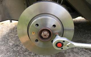 Снятие и замена передних тормозных дисков и колодок renault sandero
