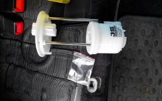 Как провести замену топливного фильтра в автомобиле toyota camry v40